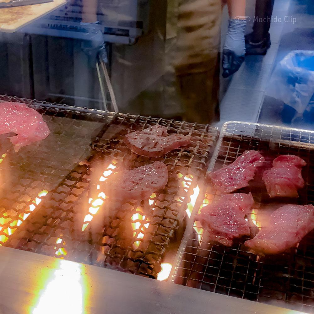 牛たんと和牛焼き 青葉 小田急町田店の牛たんを焼いている様子の写真