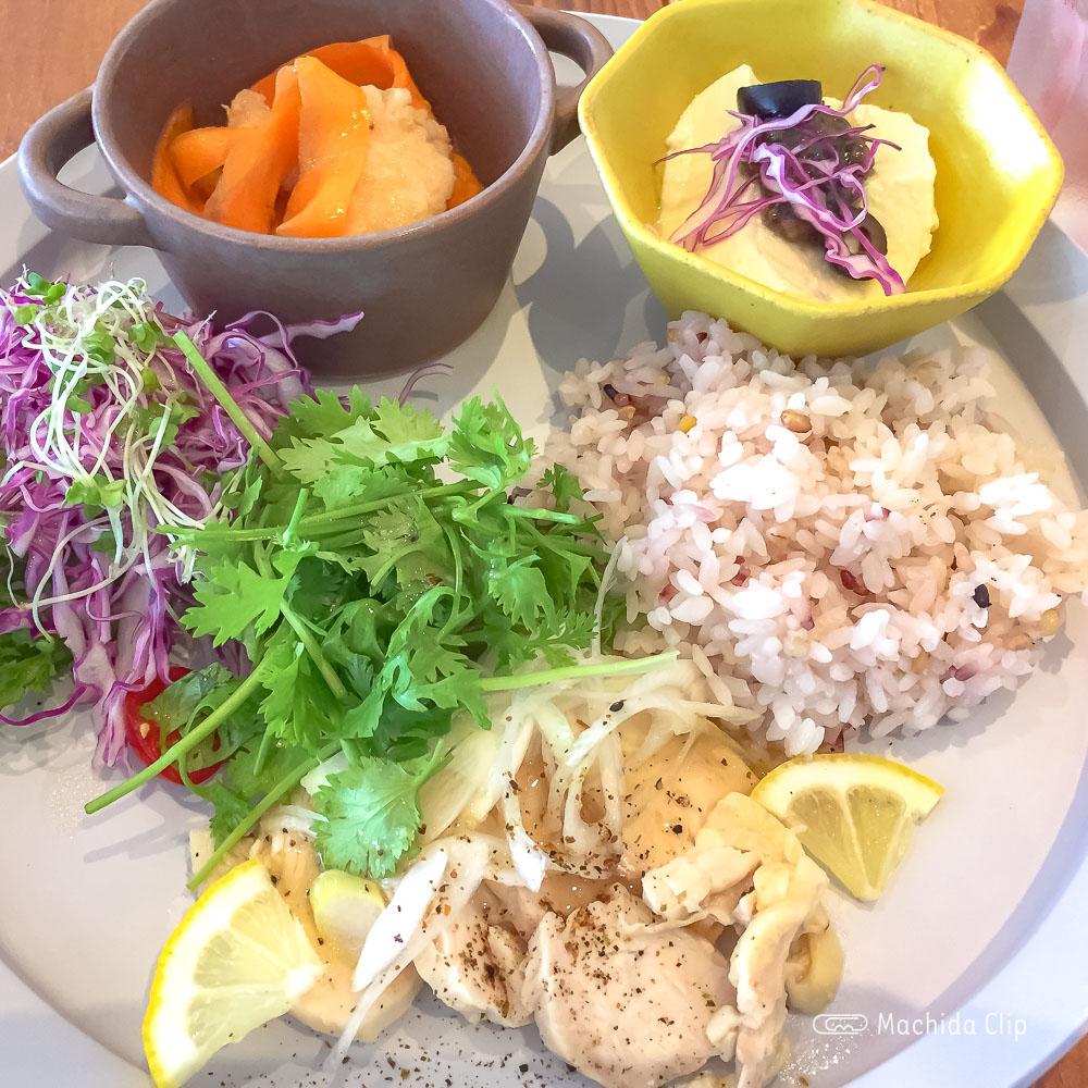 ココノハ ルミネ町田店の「やわらか蒸し鶏のさっぱり塩レモンソース」の写真
