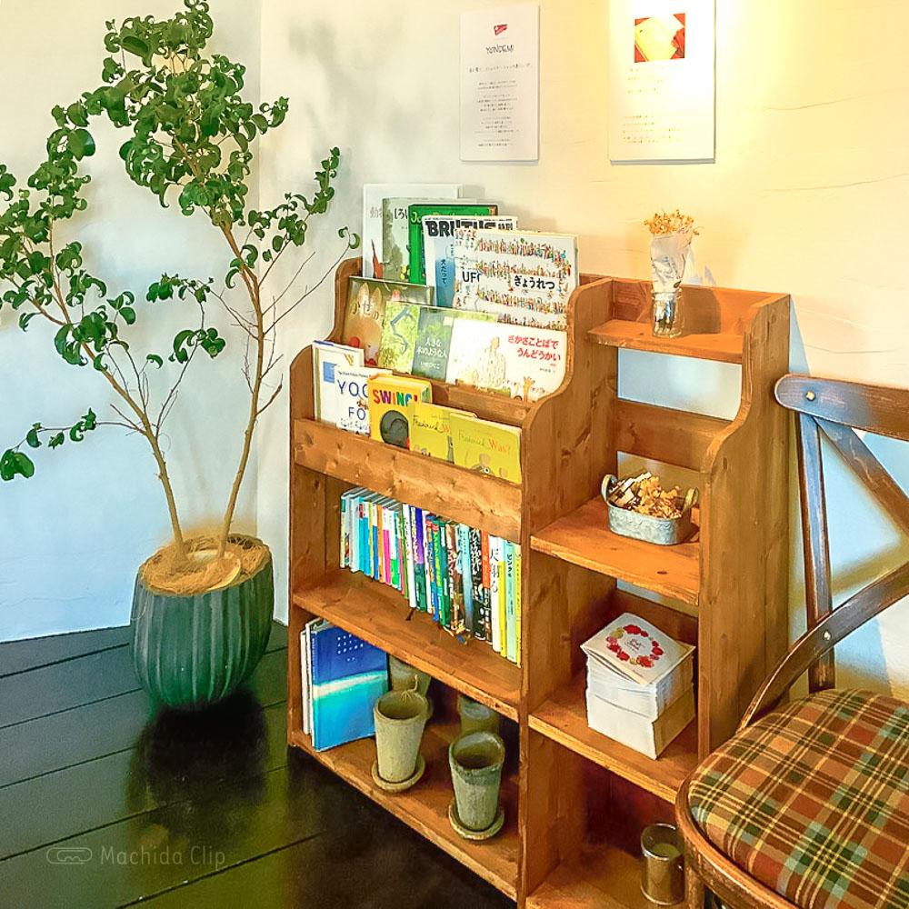 こがさかベイク(Kogasaka Bake)高ヶ坂本店の本棚の写真