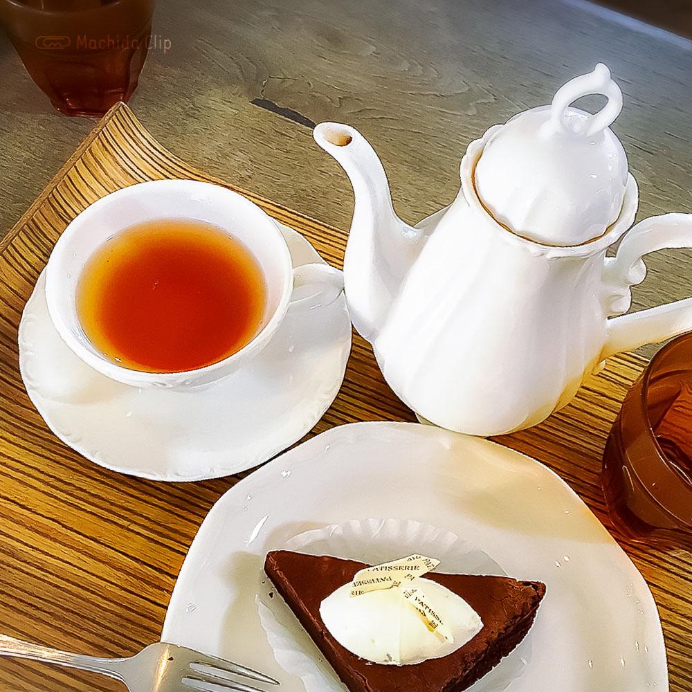 こがさかベイク(Kogasaka Bake)高ヶ坂本店の「ガトーショコラ」と「紅茶」の写真