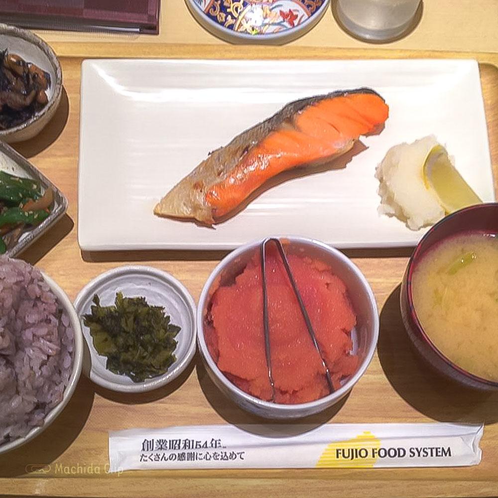 さち福やCAFÉ 町田東急ツインズ店の「天然紅鮭の甘塩焼 大根おろし添え定食」の写真