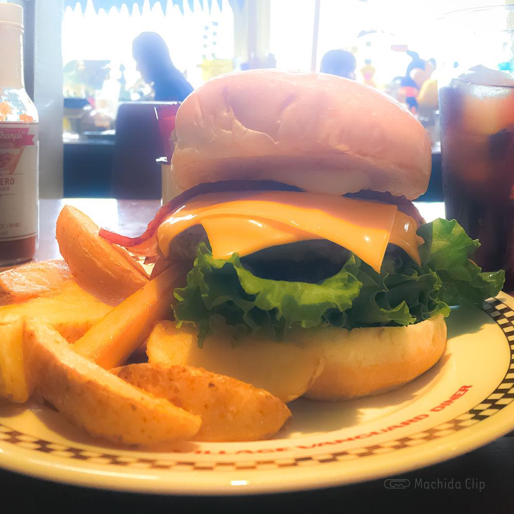 「ヴィレッジヴァンガード ダイナー 町田ルミネ」人気のワッフル食べ放題!アメリカンな店内でハンバーガーランチの写真