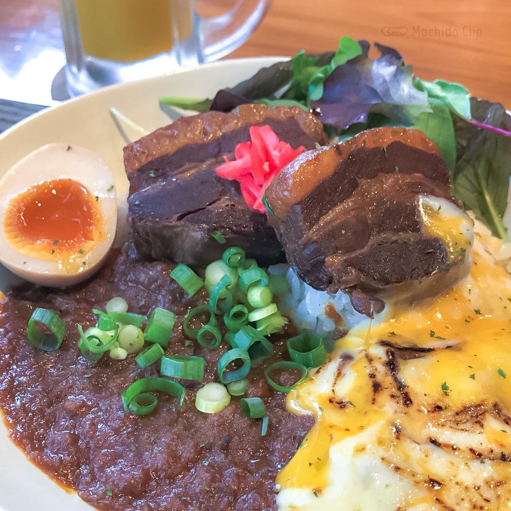 「ロックなカレー屋 YASSカレー」スタジアムグルメで人気の角煮カレーが町田で味わえるの写真