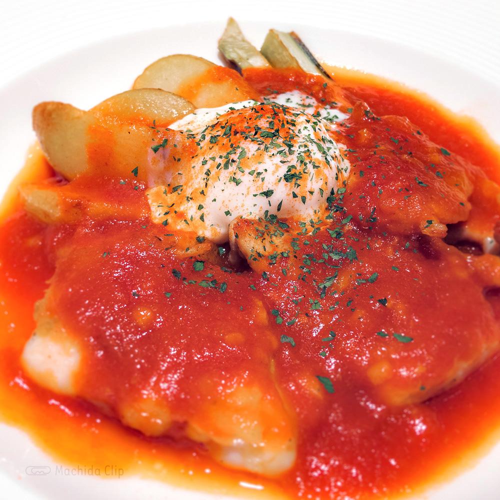 バケット 町田東急ツインズ店の「若鶏のグリル トマトソース とろける玉子添え」の写真