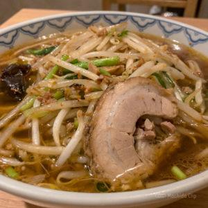 町田「でくの坊」豚骨と比内鶏をベースにしたあっさり醤油スープの支那そばの写真