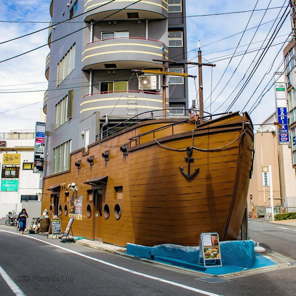 「ジーニーズ 町田店」海賊船で楽しむ数量限定ランチ!ものまね芸人のショーも楽しめるの写真