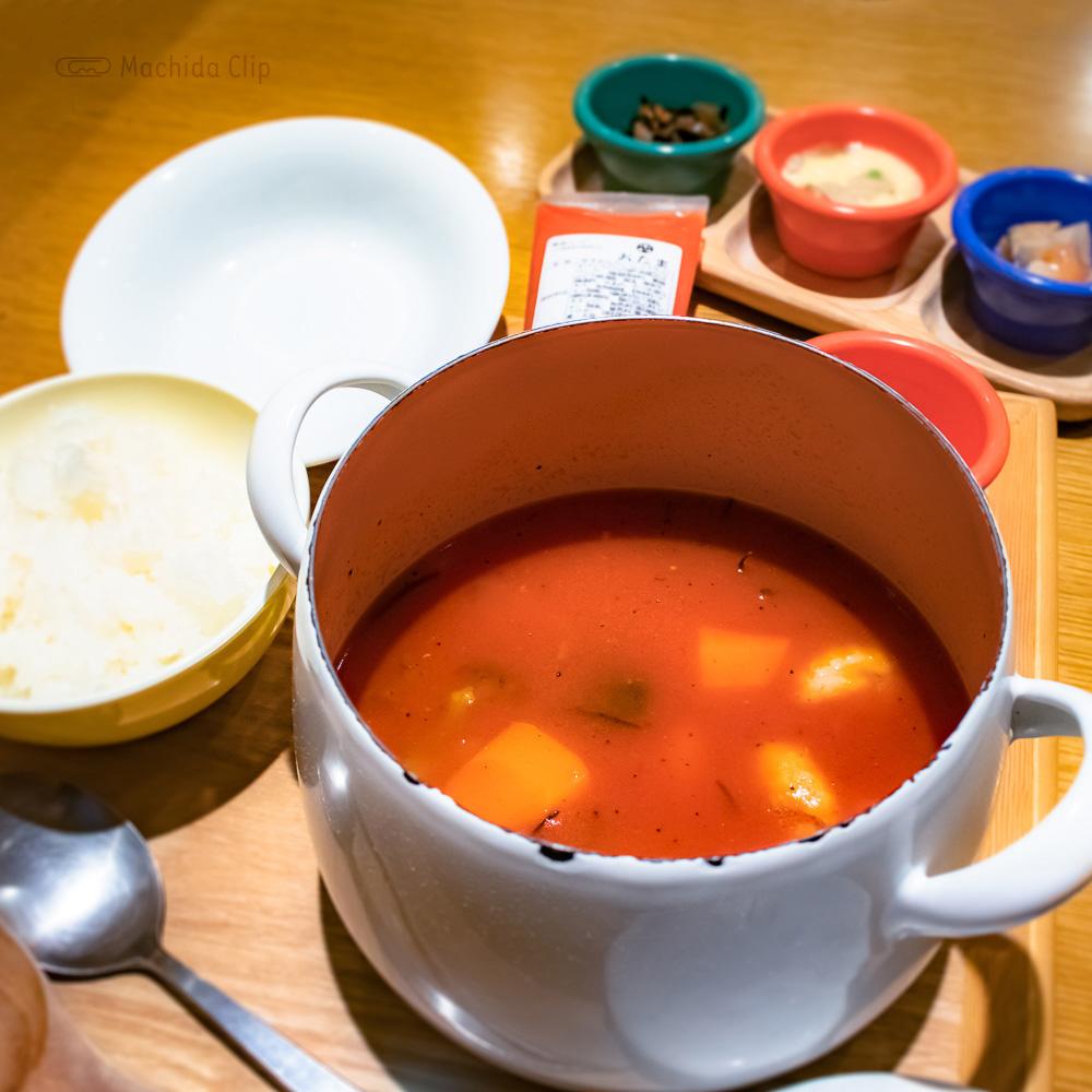 家カフェおたま 町田モディ店の「チキンと根菜のトマト煮込みスープ定食」の写真
