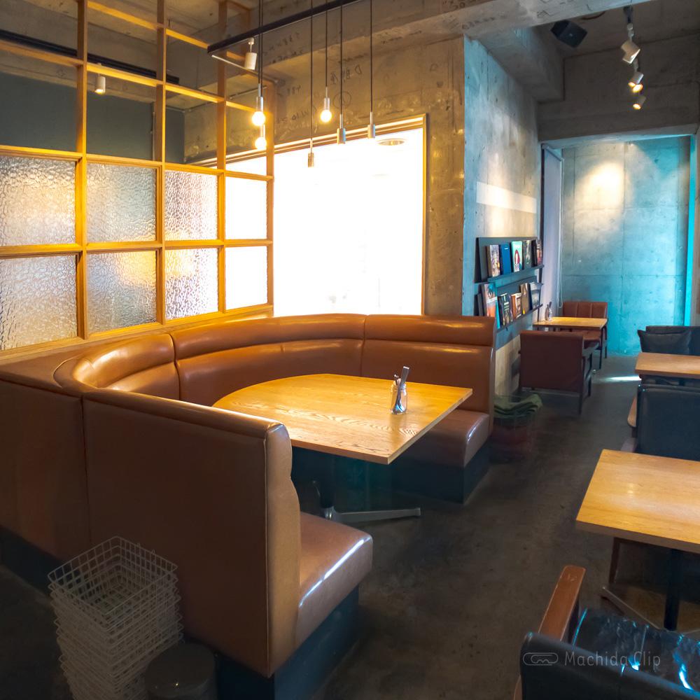 LATTE GRAPHIC(ラテグラフィック) 町田店のソファ席の写真
