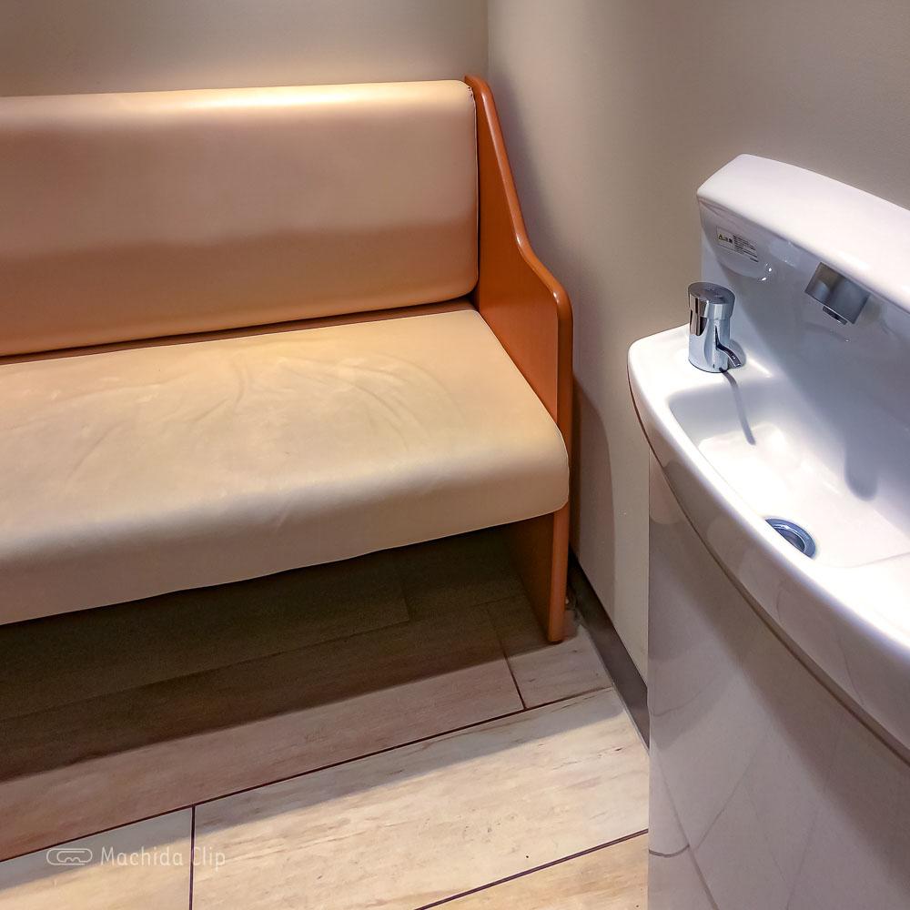 町田マルイ 授乳室のソファの写真