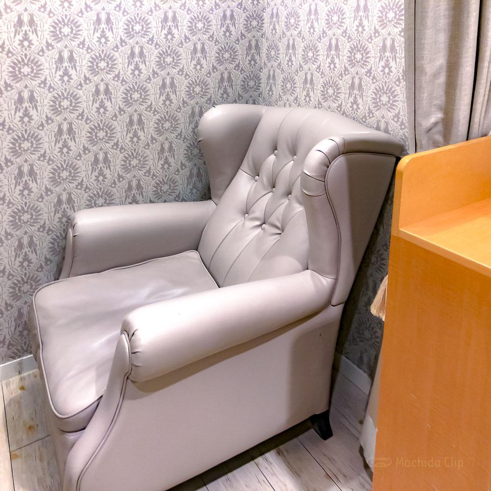 町田モディ 授乳室のソファの写真