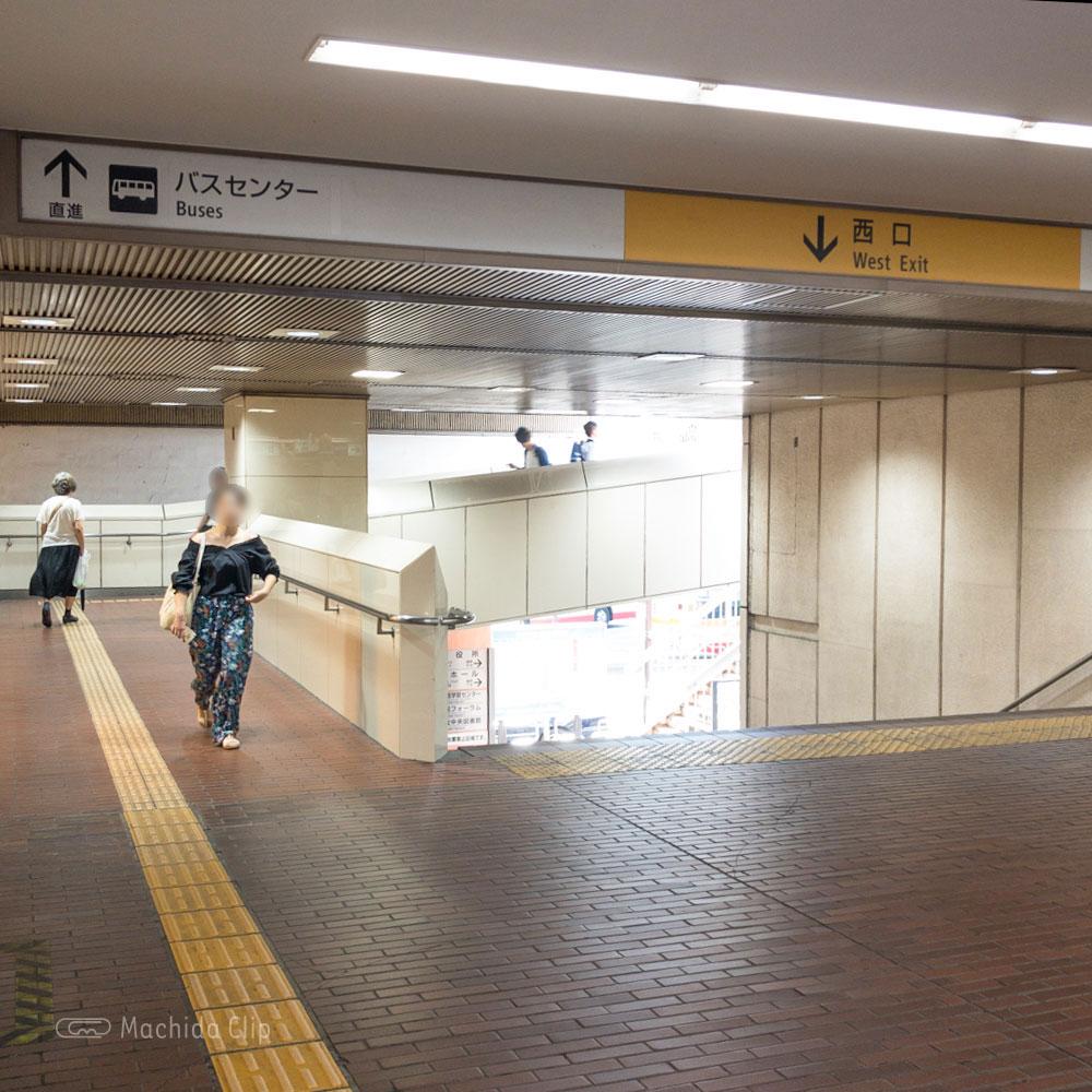 【道順案内の写真】小田急町田駅の西改札口「バスセンター」方面