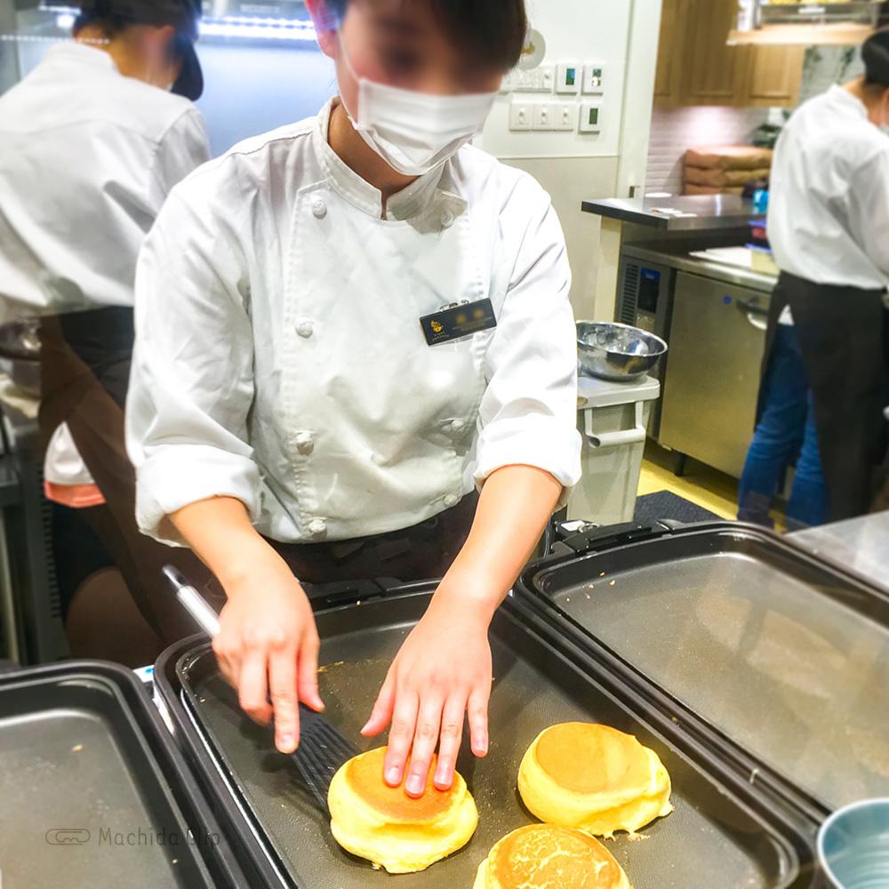 幸せのパンケーキ 町田店のパンケーキを焼いている写真
