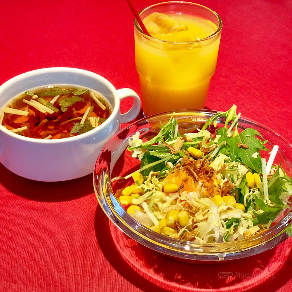 ペダラーダの「サラダ」「スープ」「オレンジジュース」の写真