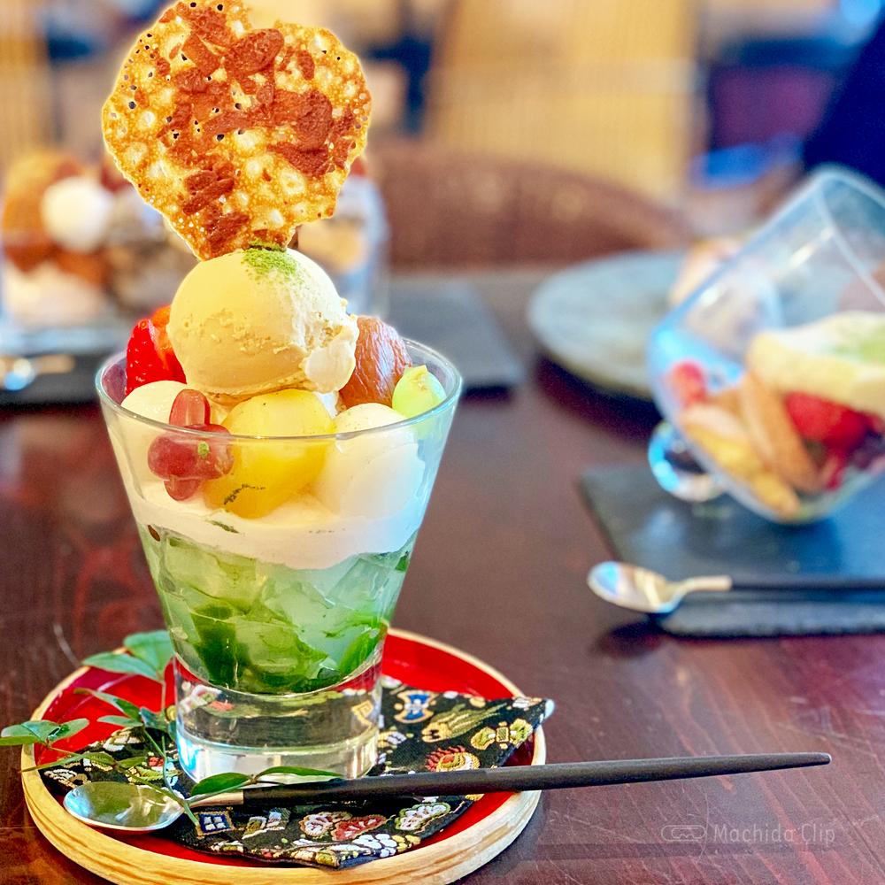 カフェ中野屋の自家製焙じ茶アイスのあんみつ風パフェの写真