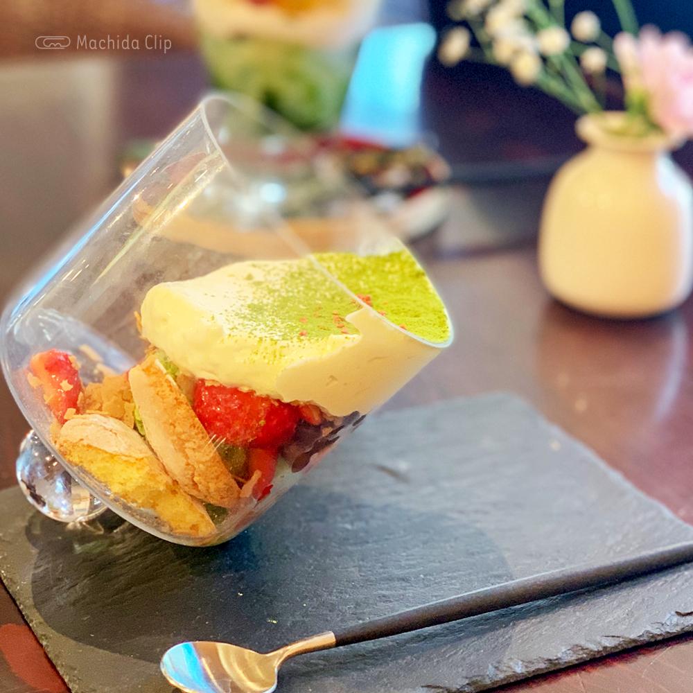 カフェ中野屋の苺と抹茶と小豆のティラミス風パフェの写真