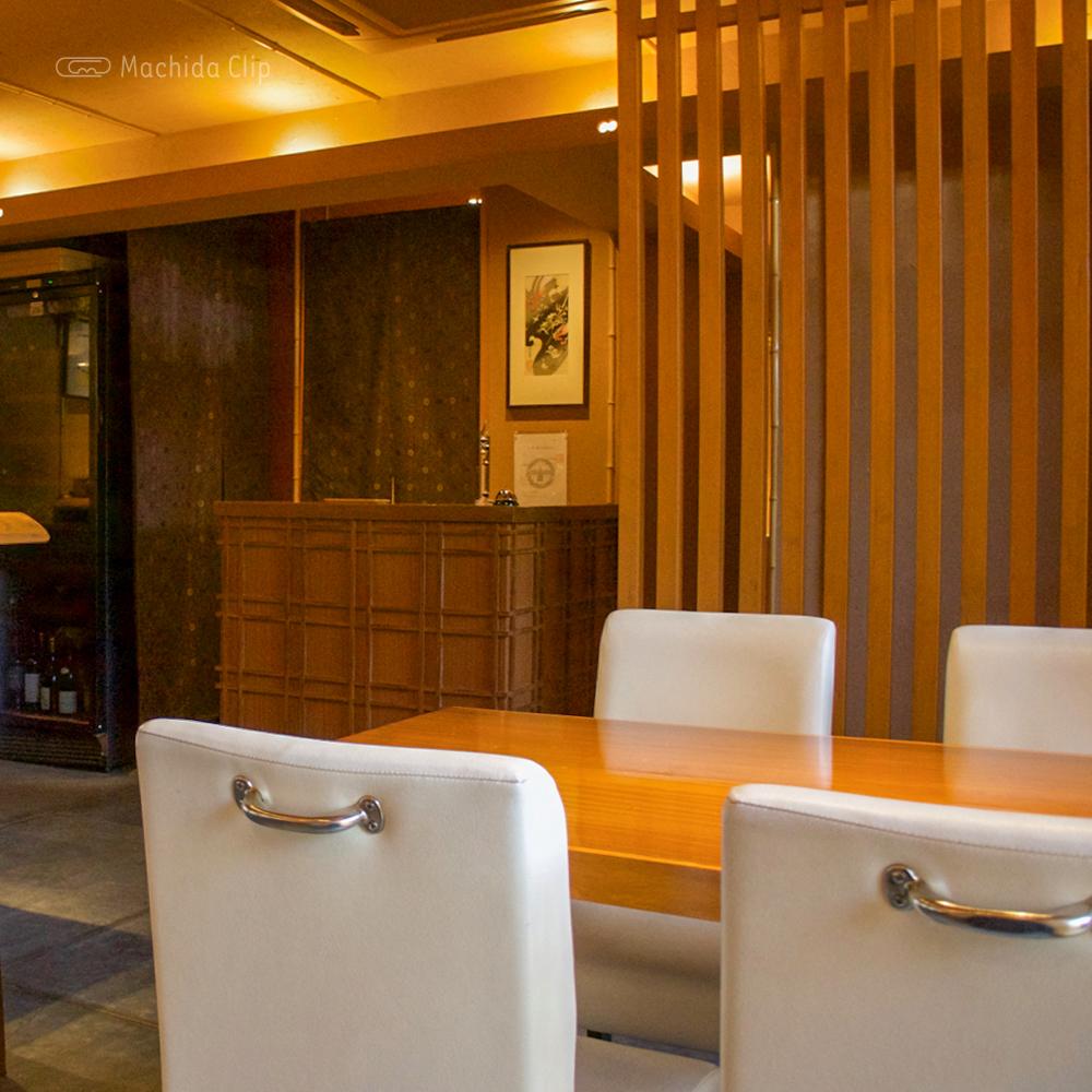 三右ヱ門(さんよも)のテーブル席の写真