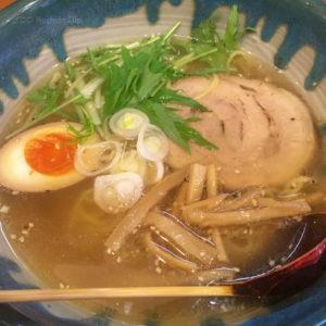 町田「支那そば やまいち」おすすめの塩ラーメンと人気の手作り餃子の写真