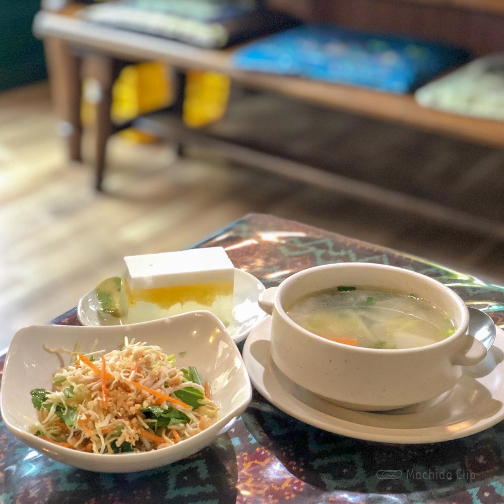 アンコール・トムのサラダ・スープ・デザートの写真