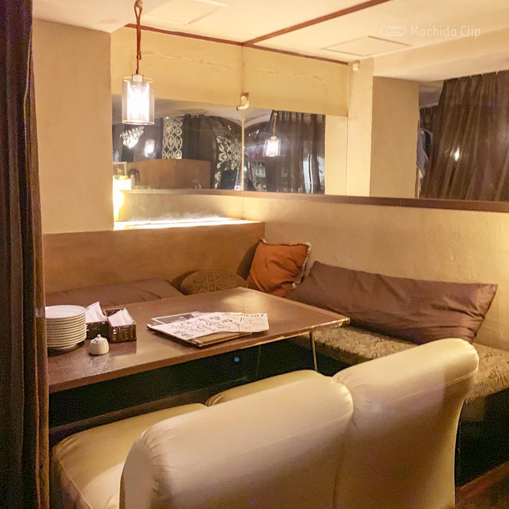 CHARCOAL GRILL勝男 町田店のソファ席の写真