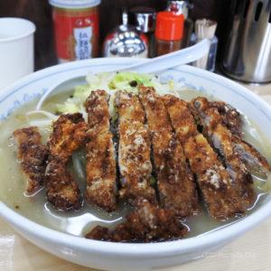 「麺工房マルオ 町田金森店」町田に移転してきたラーメン店の人気メニュー「ロース塩たんめん」の写真