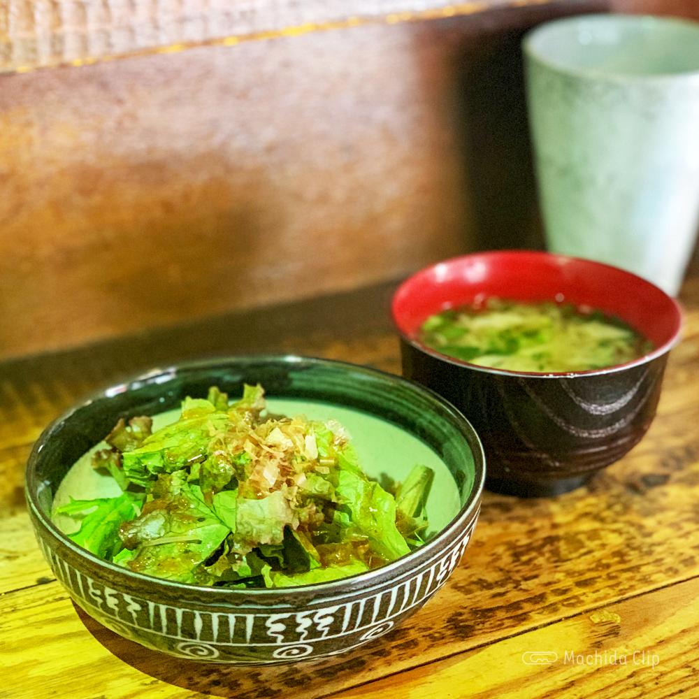 やきとり処 大舞 町田駅前店のサラダとお味噌汁の写真