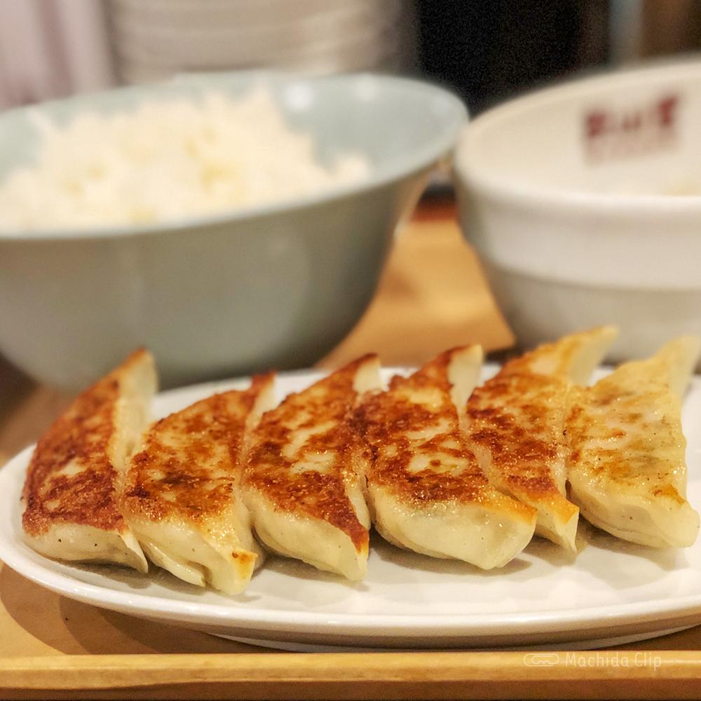 餃子製造直販 餃山堂の焼き餃子の写真