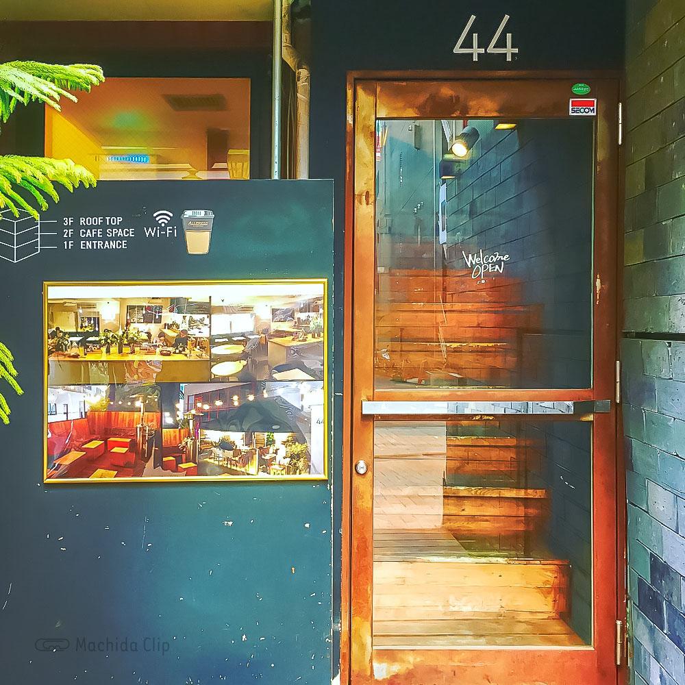 44 APARTMENT(ダブルフォーアパートメント)町田店の入口の写真