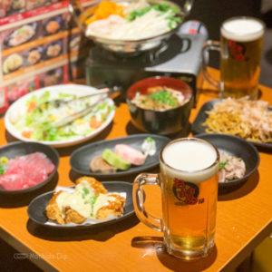 おすすめ屋のビールと料理の写真